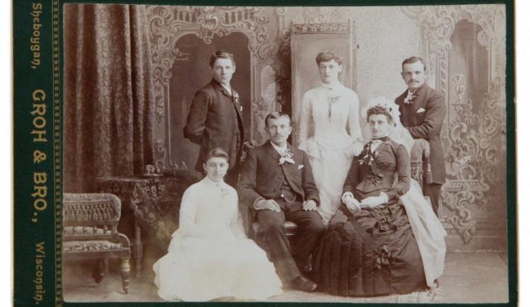 V čem se vdávala vaše babička? Muzeum v Šumperku otevře výstavu historických svatebních šatů