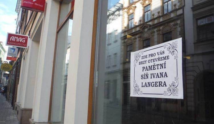 Galerie: V prázdných výlohách v centru města se objevují nápisy bavící kolemjdoucí