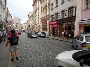 Po bitce začali někteří účastníci utíkat směrem do Riegrovy ulice Barvířskou ulicí a podle čtenáře zaběhli do domovních dveřívedle vchodu do drogerie DM