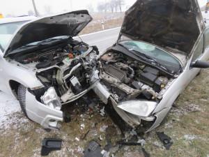 Pětadvacetiletý řidič čelně narazil do protijedoucího auta. Seniorka, která v něm seděla, je v nemocnici
