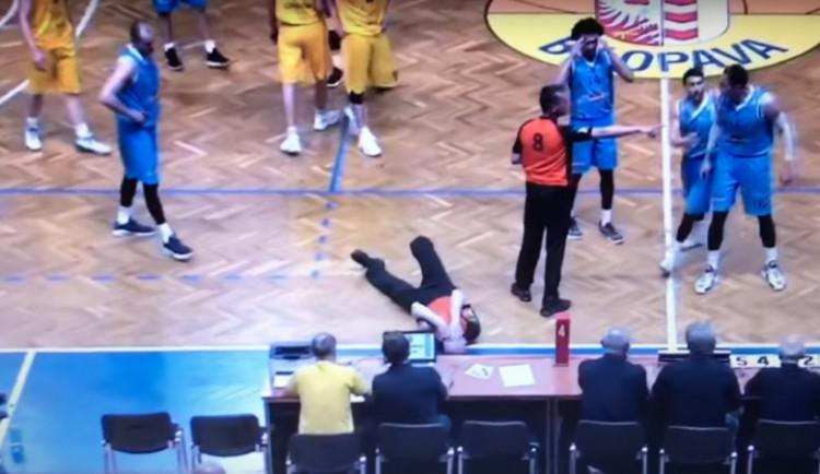 VIDEO: Basketbalista BK Olomoucko složil rozhodčího, zařídil prohru 0:20