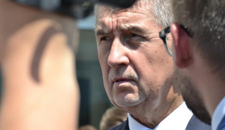 KOMENTÁŘ: Duševně nemocné si nesmí brát za rukojmí premiéři ani média
