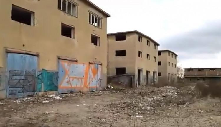 VIDEO: Vojenské sklady u Velkomoravské ulice jdou do aukce. Vyvolávací cena je 300 milionů