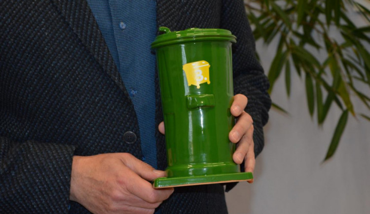 Olomouc získala keramickou popelnici za nejlepší třídění odpadu. Z malých obcí vyhrála Ostružná