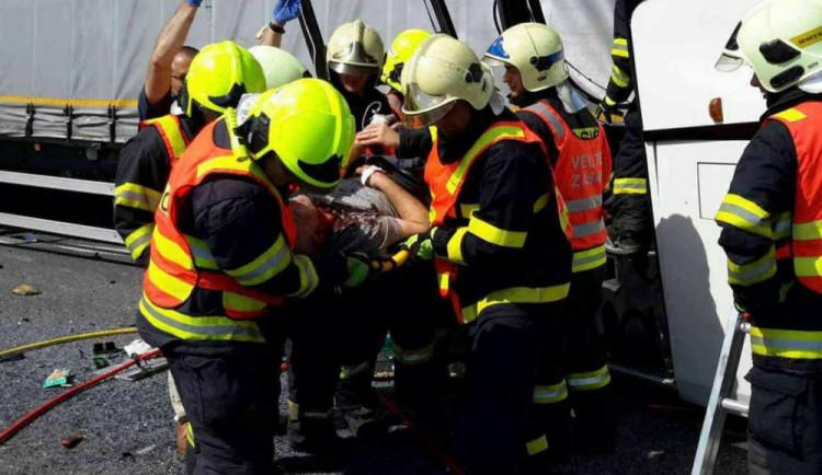 VIDEO: Při nehodě autobusu u Litovle bylo zraněno sedmnáct cestujících. Jde převážně o děti