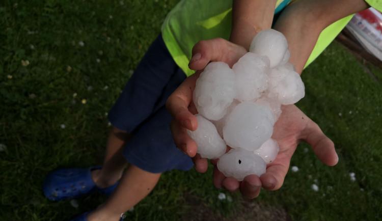 AKTUÁLNĚ: Hasiči mají kvůli bouřce přes 150 výjezdů. Podívejte se na fotky a videa