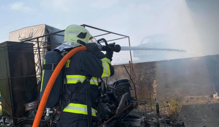FOTO/VIDEO: Při požáru skladovací haly vznikla škoda za osm a půl milionu korun