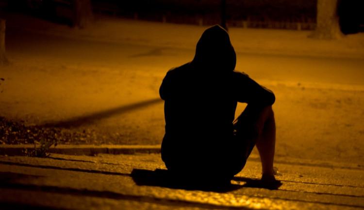Strážníci našli ve skupince mladíků, kteří rušili noční klid, celostátně hledaného muže