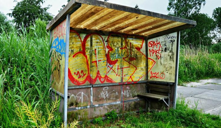 Vandal nasprejoval nápisy na autobusové zastávky u Nákla. Fialovým sprejem napáchal škodu za tisíce