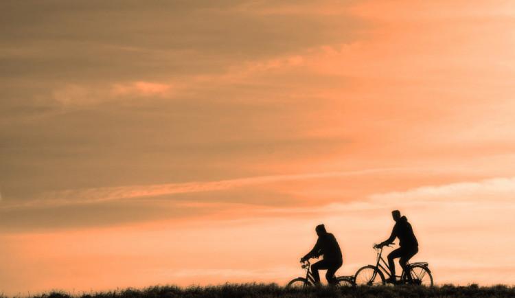 Dva bratři se před jízdou na kole posilnili pivy a slivovicí. Teď jim hrozí pokuta až padesát tisíc