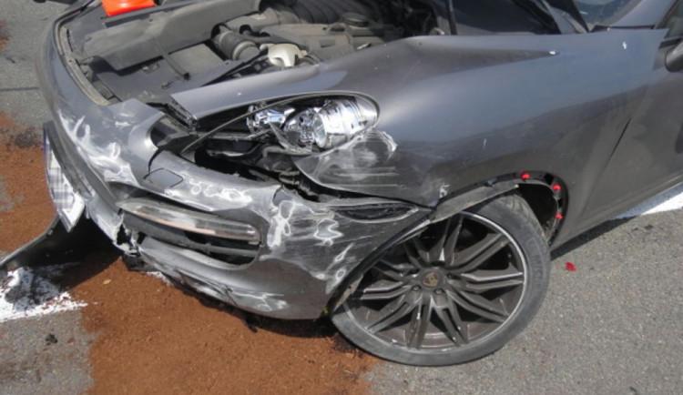FOTO: Na dálnici u Bělotína havarovalo Porsche. Chvíli poté do auta řidiče, který chtěl pomoct, naboural Fiat