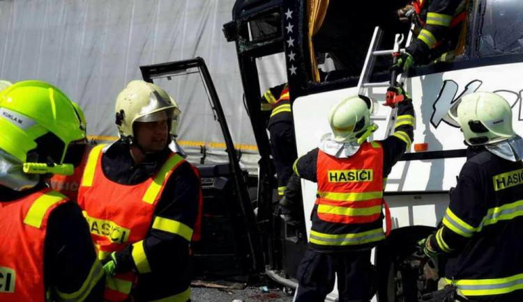 FOTO/VIDEO: Nehodu, při které se zranilo 17 lidí, policie stále vyšetřuje. Obviněný zatím není nikdo