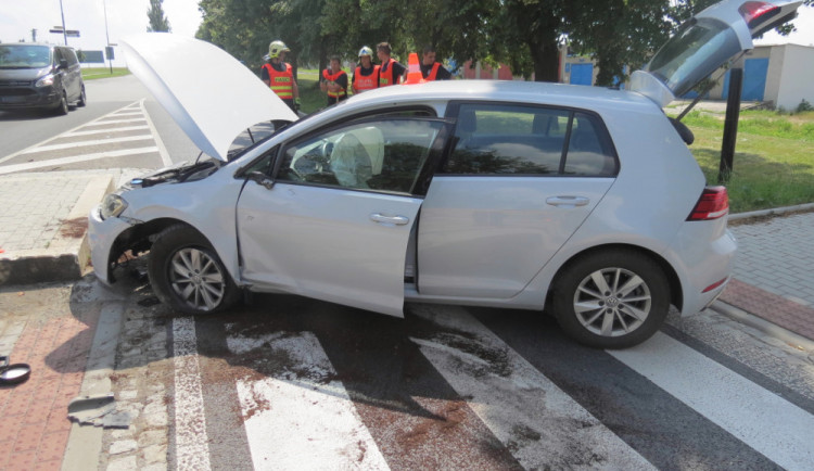 FOTO: Řidič naboural ostrůvek a skončil v nemocnici. Nadýchal téměř čtyři promile