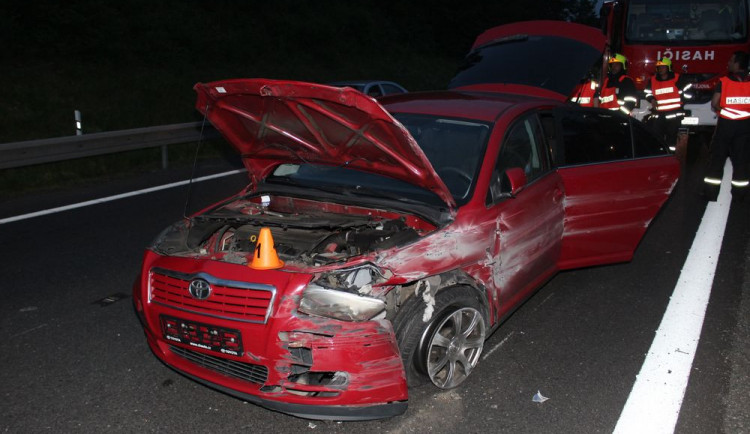 Žena nezvládla řízení, na dálnici dostala smyk a narazila dosvodidel