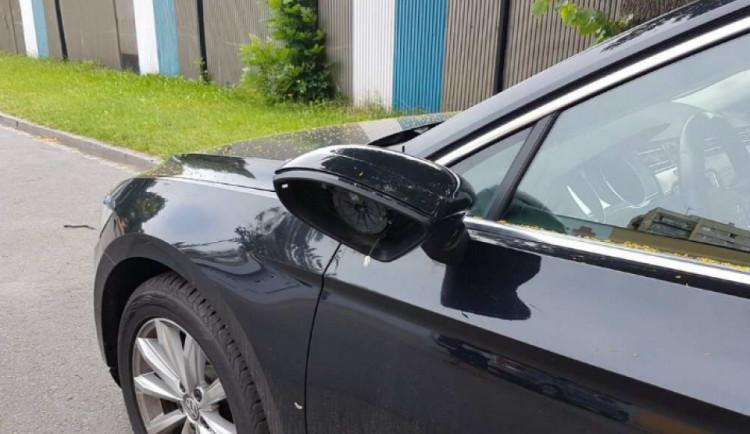 FOTO: Zloděj ukradl přes noc zpětná zrcátka ze třinácti aut různých značek