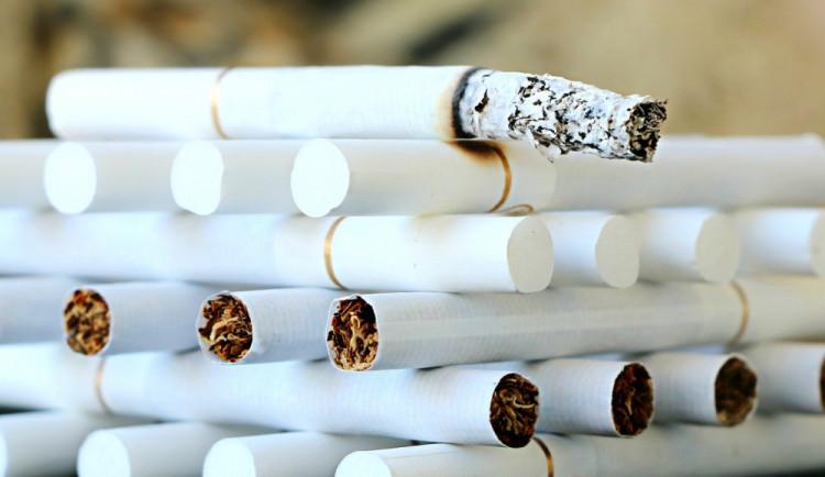 Zloděj vypáčil dveře obchodu a ukradl z něj cigarety a tabák za desítky tisíc korun