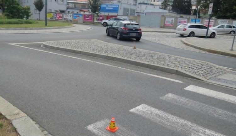 Cyklista vjel pod auto a po nehodě odešel. Policie pátrá po něm i po svědcích