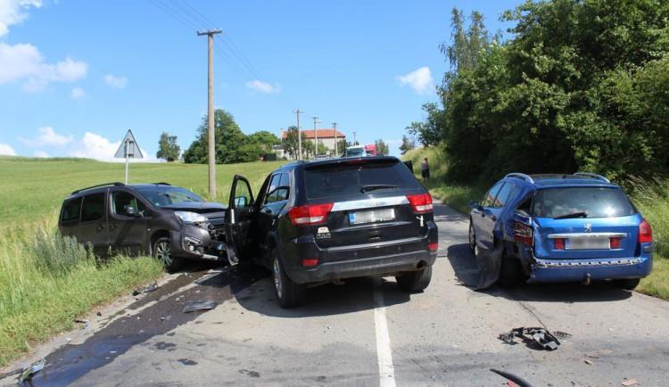 FOTO: Žena skončila v nemocnici pohromadné nehodě tří aut