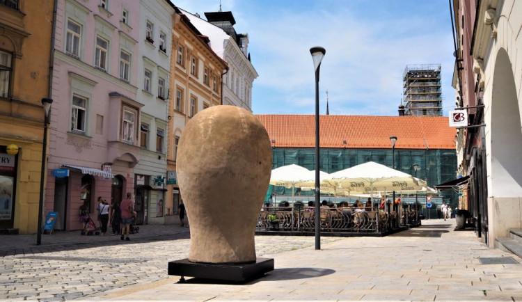 FOTO/VIDEO: Na Dolním náměstí stojí Jedna z velkých hlaviček. Další socha v rámci Sculpture Line