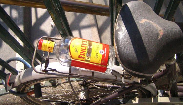 Nepozorný cyklista se nevěnoval řízení a srazil seniora jedoucího na kole v protisměru. Oba byli opilí
