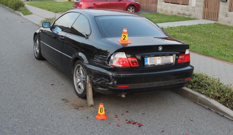 Muž si od známého půjčil auto a naboural s ním zaparkované BMW. Z místa nehody ujel