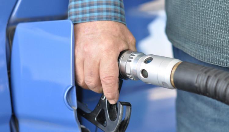 Ze zaparkovaného autobusu ve Skrbni odčerpal zloděj přes dvě stě litrů nafty