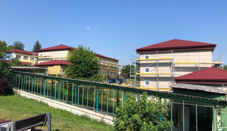 Děti ze Základní školy Boženy Němcové v Zábřehu dostaly vysvědčení o týden dříve. Ve škole se rozběhly stavební práce