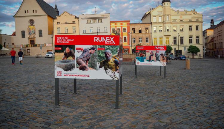 FOTO: Na Dolním náměstí si můžete prohlédnout soutěžní výstavu k extrémnímu závodu Runex Race