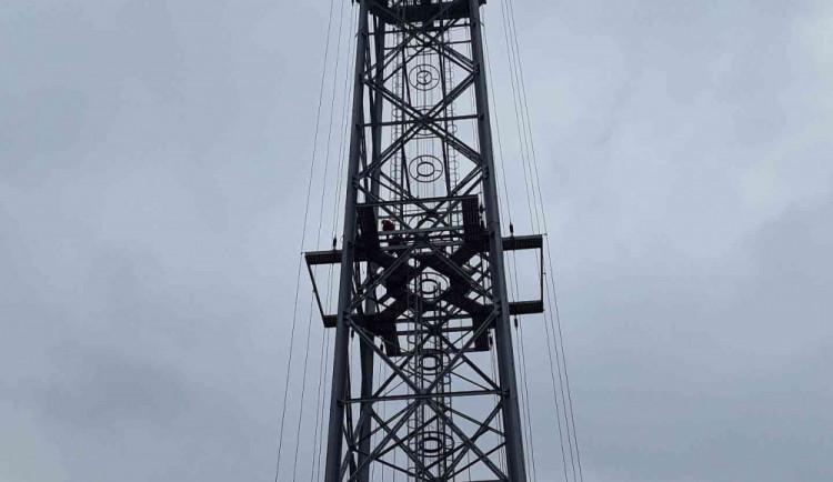 Dívku zranil elektrický proud, když lezla na sto padesát metrů vysoký vysílač