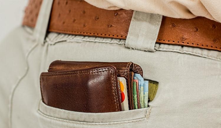 Odloženou peněženku zloděj sebral mladíkovi. Ten však lapku doběhl a peněženku získal zpět