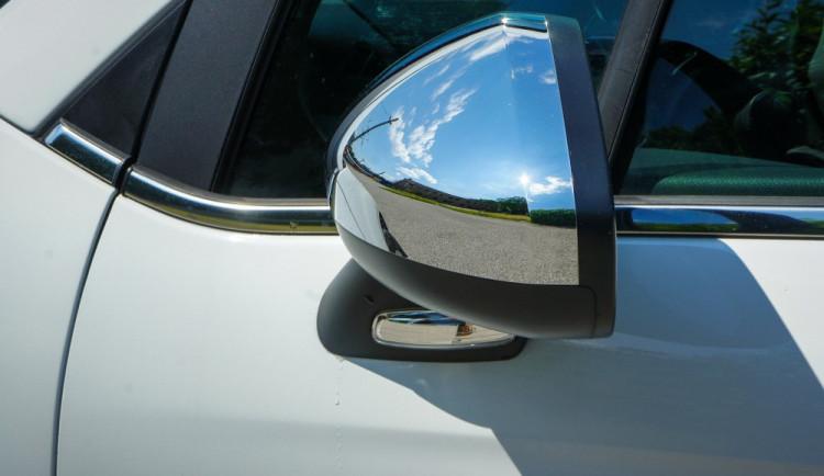 Vandal u zaparkovaných aut propíchal pneumatiky a poškodil zpětná zrcátka