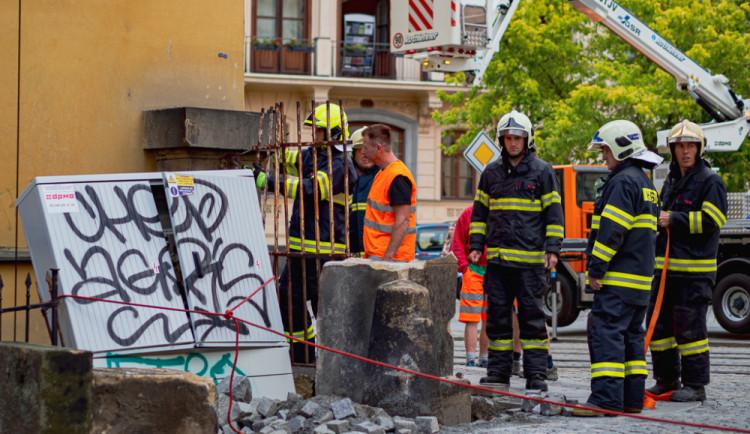FOTO/VIDEO: Náklaďák u muzea poničil pískovcový sloup a vyvrátil rozvodnou skříň. Řidiče chytili až na Wellnerově ulici