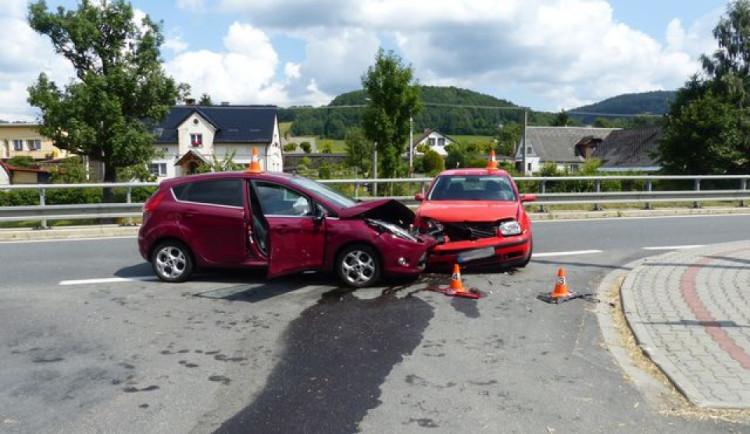 Řidička nedala přednost autu při odbočování. Při nehodě se zranily dvě osoby