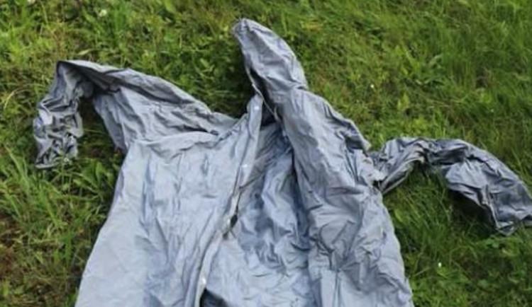 Zloděje v pláštěnce usvědčily příliš bílé ponožky a stopy bot, které zanechal na místě činu