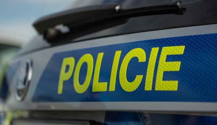 Policie dopadla muže, který se měl vloupat do nákladního auta a ukrást věci za třicet tisíc korun