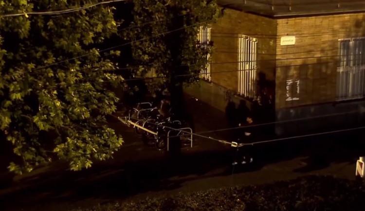 VIDEO: Zloděj kradl kola na hlavním nádraží. Když uviděl strážníky, schoval se do křoví