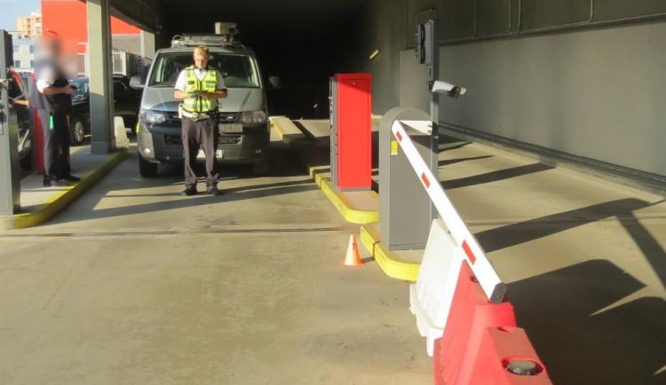 Řidič sešlápl plyn u parkovacího automatu. Zlomil závoru, poškodil patník a porazil značku