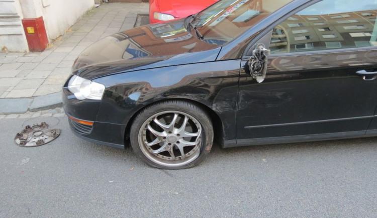 Řidič nezvládl řízení a naboural do zaparkovaného auta. Nadýchal téměř dvě promile