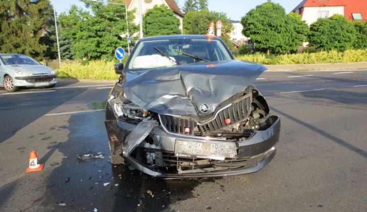 Mladý řidič nedal přednost řidičce, která jela po hlavní silnici. Došlo k nehodě a žena utrpěla zranění