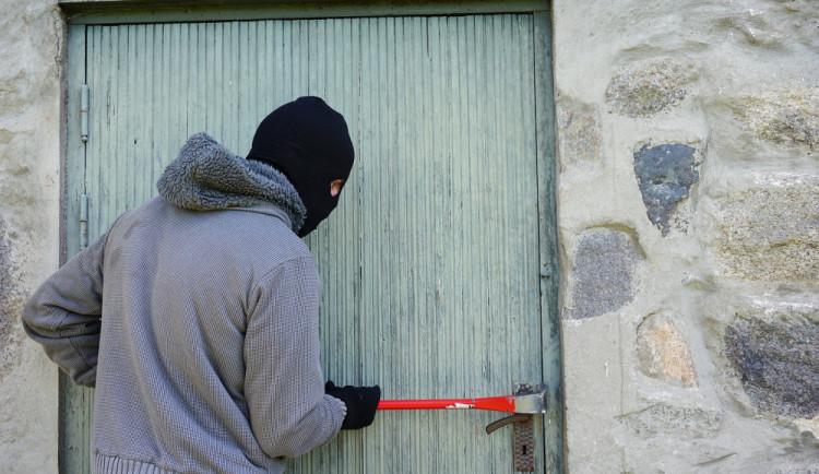 Zloděj se vloupal do domu, poškodil rozvod vody a nechal dům vytopit