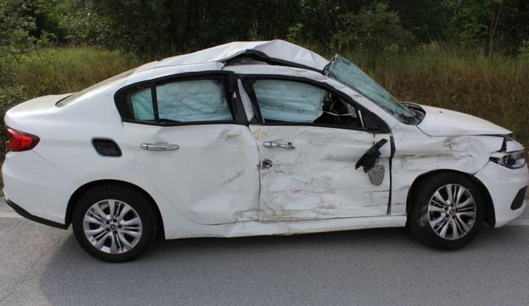 Řidička nedala v křižovatce přednost náklaďáku. Došlo ke srážce a žena utrpěla zranění