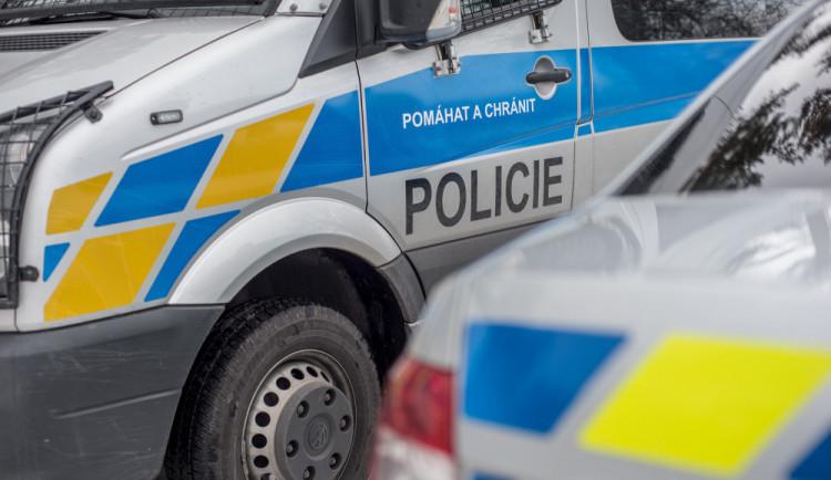 Zloděj odčerpal naftu z pracovních strojů u dálnice u Olšan u Prostějova