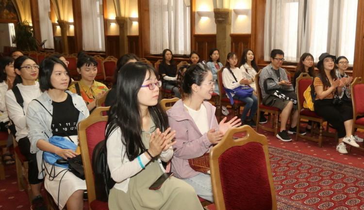 Studenti i pedagogové z Číny poznávají Olomouc. Dorazilo jich přes dvě stě