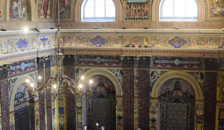 Konečné úpravy v sále ZŠ Komenium. Renovace čeká malované dveře i kovanou mříž