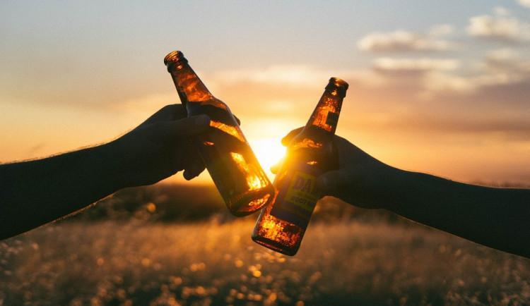 Mladíci popíjeli pivo na lavičce. Protože byli u dětského hřiště, dostali pokutu