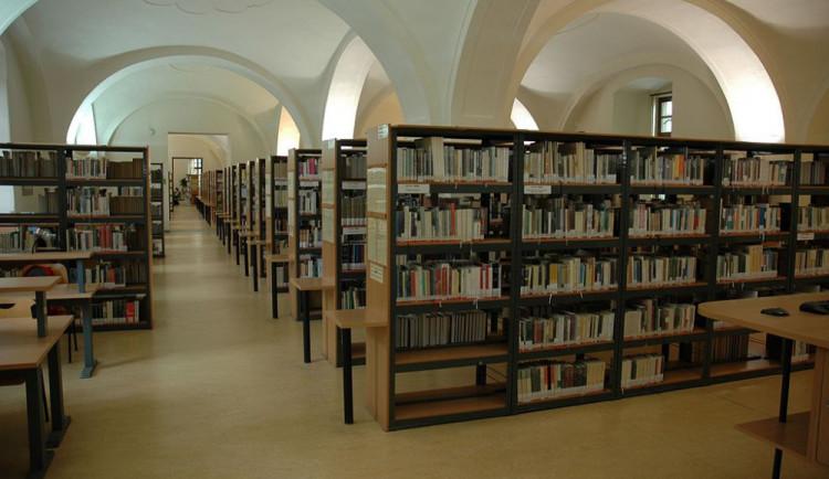 Olomouckým knihovnám neubývají čtenáři, půjčují si ale méně knih