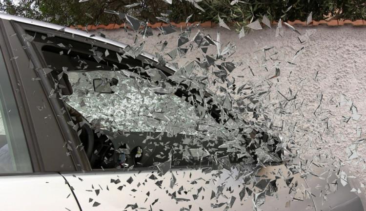Neznámý zloděj rozbil u zimáku ve Šternberku okénko auta a vůz vykradl