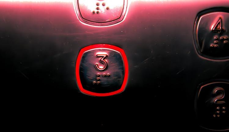 Dvouletý chlapec jezdil sám výtahem v paneláku, jeho matka spala namol opilá v bytě