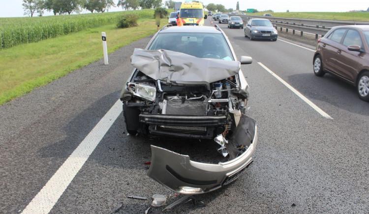 Na dálnici D46 se srazilo osobní auto s náklaďákem. Spolujezdkyně utrpěla zranění a skončila v nemocnici
