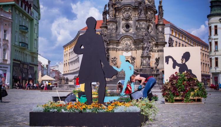 FOTO: Horní náměstí zdobí květinová dekorace, ztvárňuje němé barokní divadlo